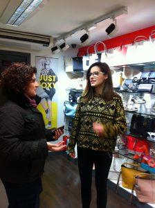 Lory et Odette chez Level One, magasin de chaussures